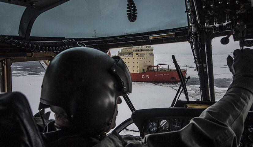 El rompehielos Almirante Irízar rescató este domingo a cinco científicos estadounidenses que desarrollaban tareas en el norte de la Península Antártica y que no pudieron volver al continente por las condiciones del hielo marino que impidieron acercarse a un barco de ese país.