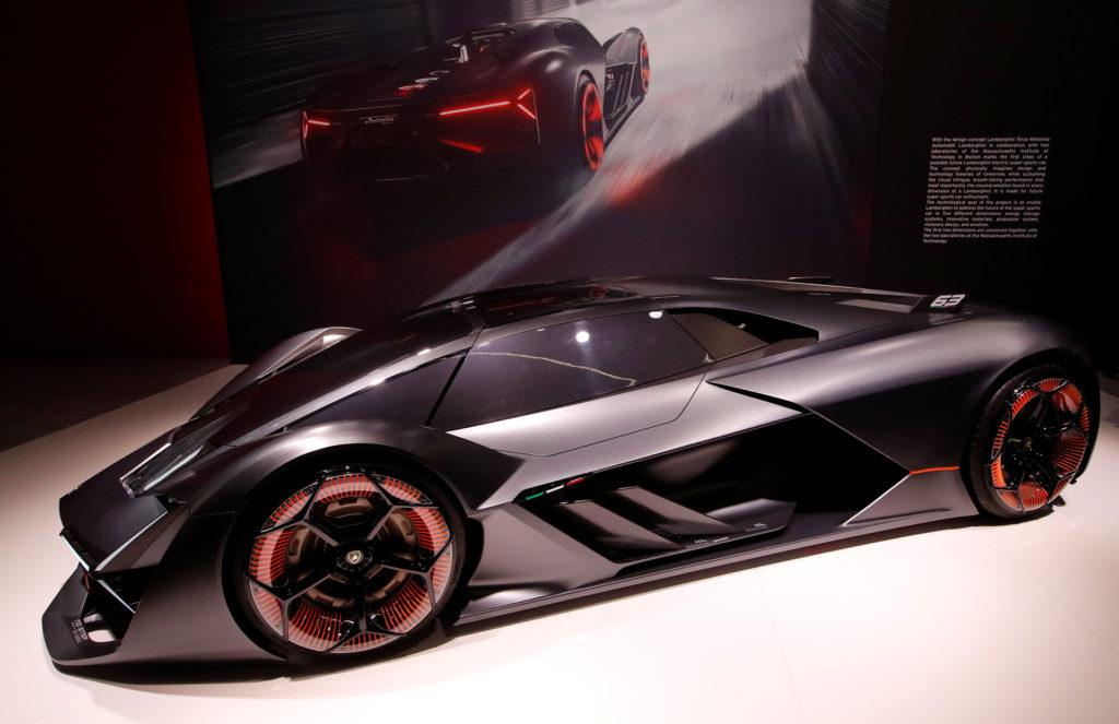 El ushuaiense Facundo Elías, encabezó el stand de Lamborghini pese a que su última obra, el exclusivo Terzo Millenio Concept, estuvo ausente.