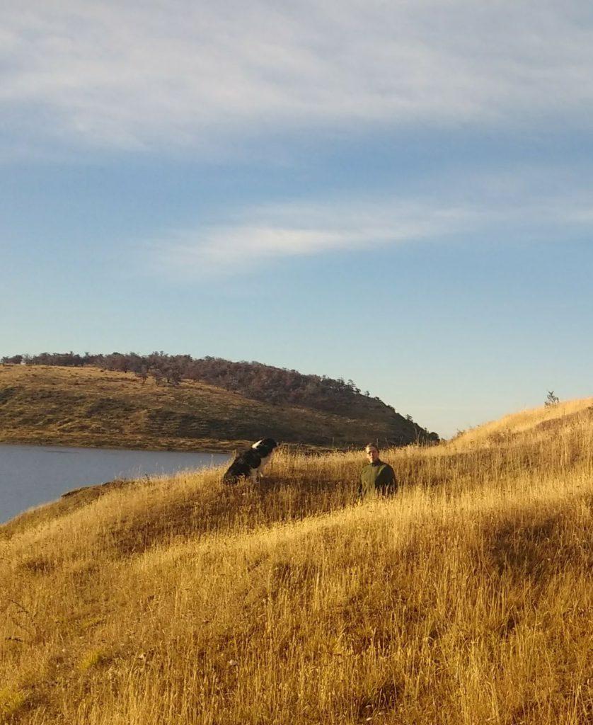 """Abby Goodall planteó que, con la traza actual, el problema surge porque """"hay que cercar de ambos lados. La reglamentación dice que son 25 metros de ambos lados de la ruta, y lo que más nos preocupa es que la ruta actual pasa por medio de yacimientos arqueológicos muy importantes para Tierra del Fuego""""."""