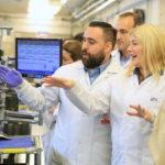 La Gobernadora participó del lanzamiento de producción del S9 y S9Plus a días de su presentación mundial