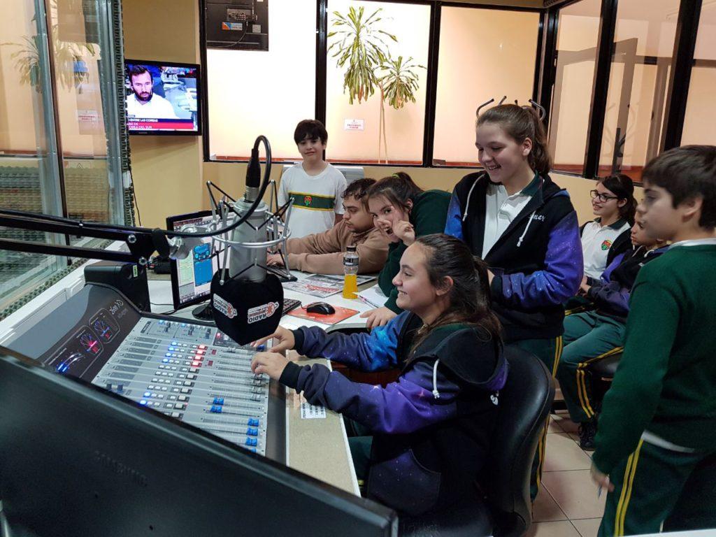 Cabe destacar que, para este año, los alumnos comenzaron a implementar entrevistas y a interiorizarse sobre la operación técnica de la radio, con la ayuda de nuestro operador Daniel Román.