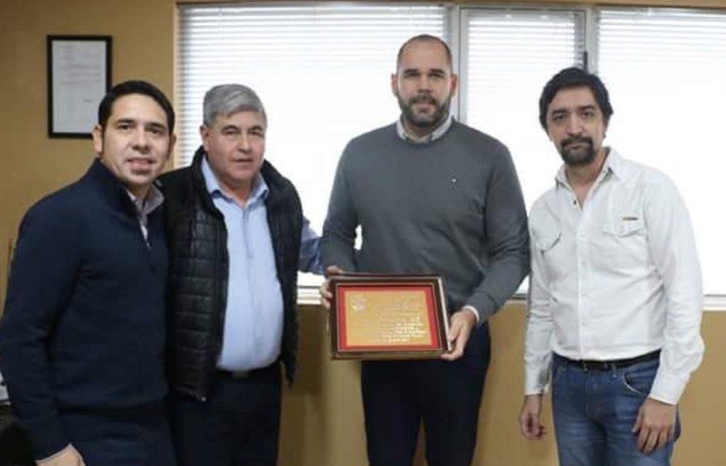 Agustín Tita, Federico Runin y Augusto Britos hicieron entrega de una placa por el 25° aniversario de Provincia 23 al Director Alberto Centurión.