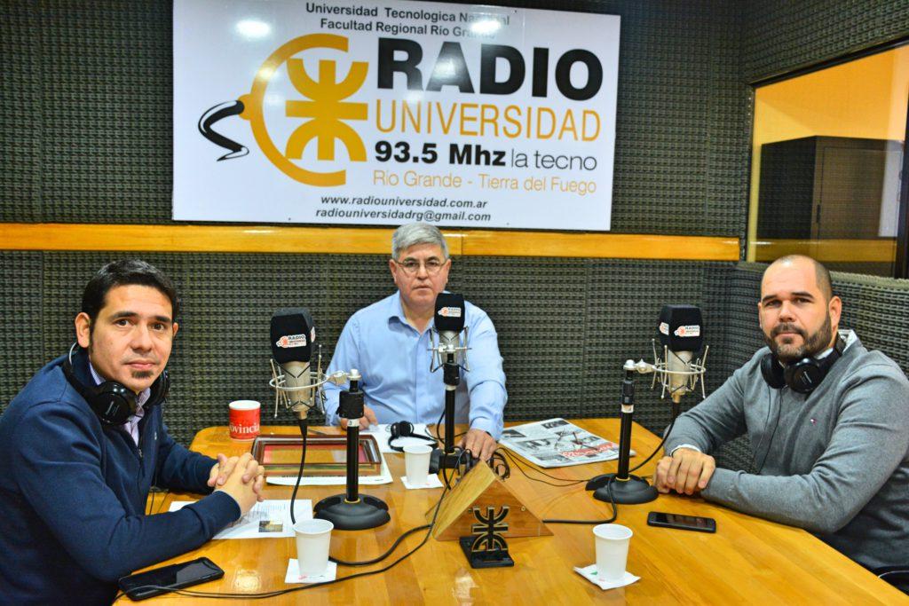 El Secretario de Coordinación de Gabinete, Lic. Agustín Tita, y el secretario de Participación y Gestión Ciudadana, Dr. Federico Runín, visitaron los estudios de Radio Universidad 93.5