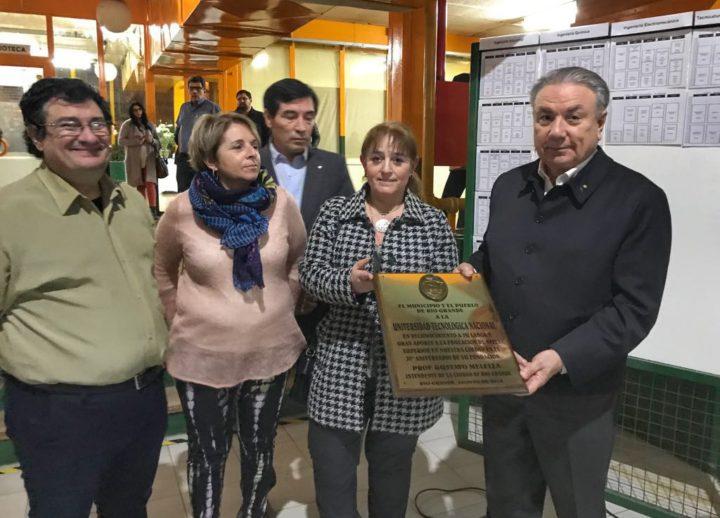 Las autoridades municipales, a nombre del intendente Gustavo Melellla, hicieron entrega de una plaqueta conmemorativa al Ingeniero Ferreyra, en reconocimiento por la labor que lleva adelante la UNT en la provincia y el gran aporte a la educación fueguina.