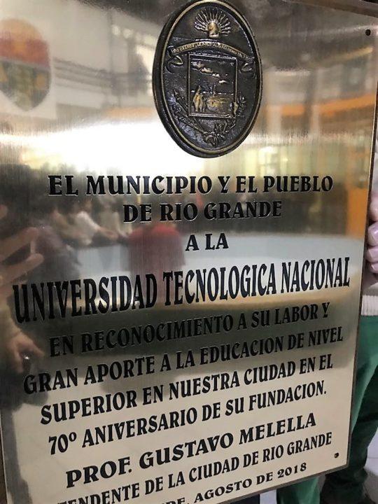 Al finalizar el acto las autoridades municipales, a nombre del intendente Gustavo Melellla, hicieron entrega de una plaqueta conmemorativa al Ingeniero Ferreyra, en reconocimiento por la labor que lleva adelante la UNT en la provincia y el gran aporte a la educación fueguina.