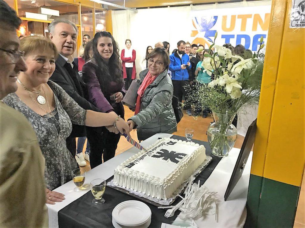 Finalmente, los alumnos y docentes presentes disfrutaron de un ágape y un brindis en la biblioteca por el septuagésimo aniversario de la creación de la Universidad Obrera Nacional.