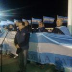 Contra el pacto Foradori – Duncan: Anoche se realizó un 'banderazo' en el Monumento a los Caídos en Malvinas