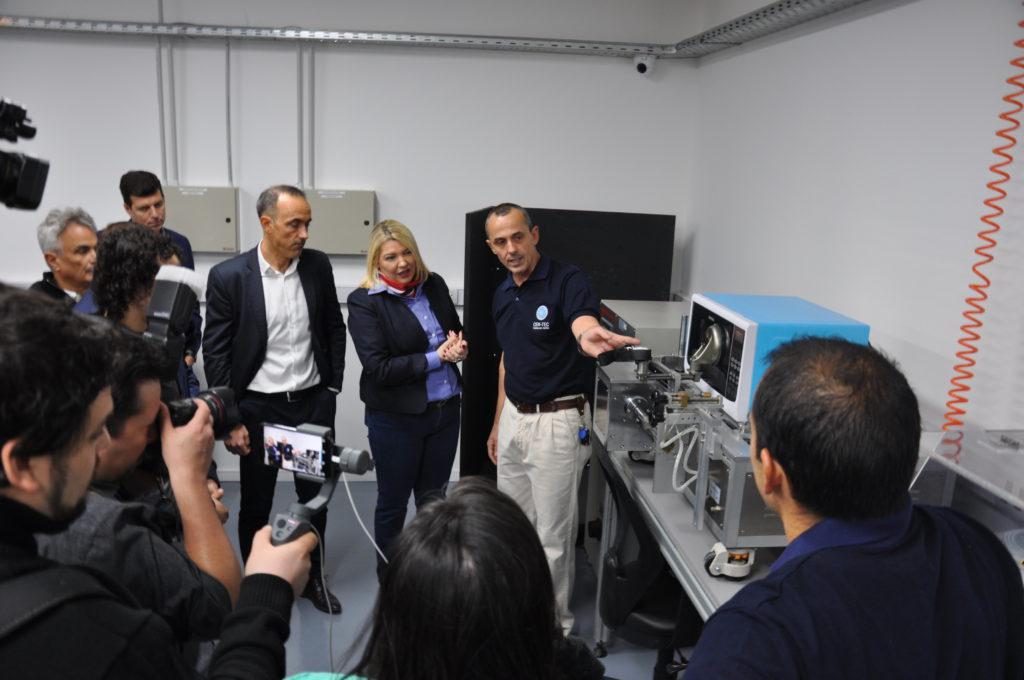 El ingeniero Bonfiglio muestra a la Gobernadora la función de los distintos equipos.