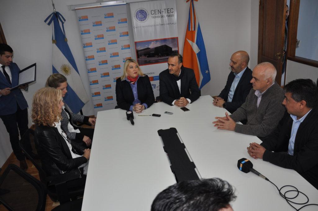 Asimismo la gobernadora Rosana Bertone firmó un convenio de colaboración con autoridades de la empresa Samsung.