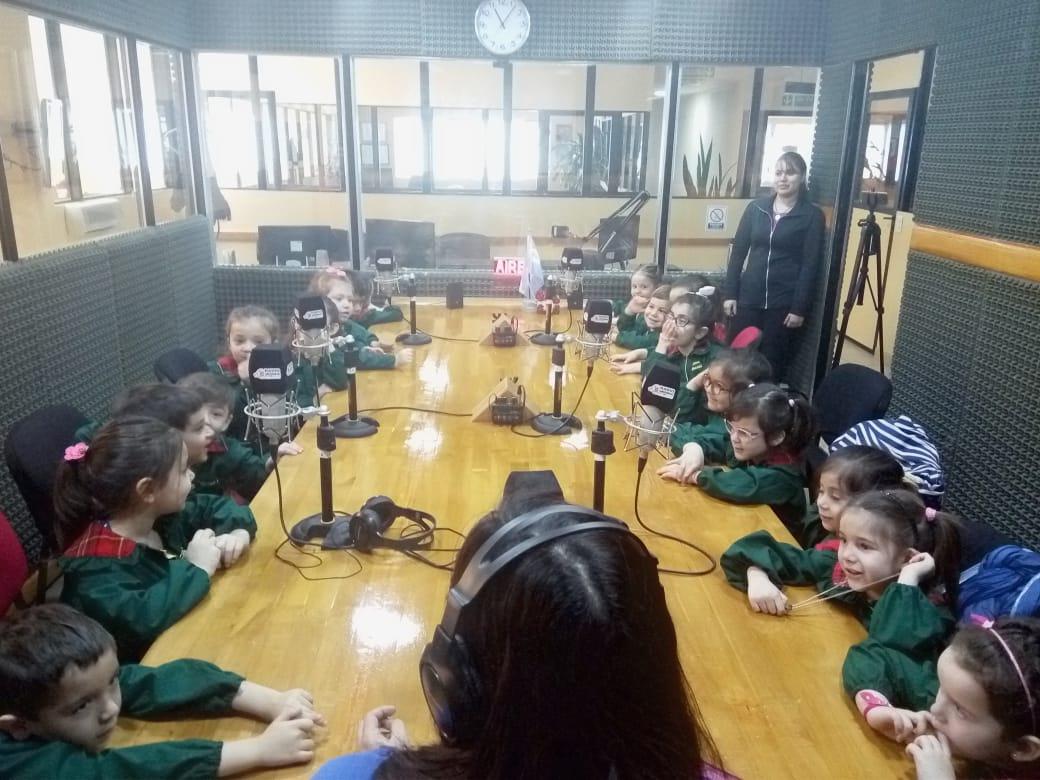 Los alumnos de Sala Amarilla de 4 años del Jardín Rosarito Vera visitaron los estudios de Radio Universidad (93.5).