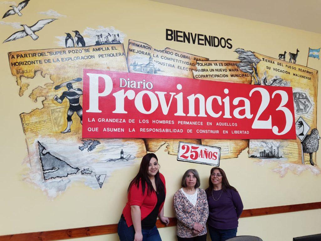 La locutora Lorena Vera, junto a las reconocidas hermanas Zulema y 'Marita' Lodeiro en la Redacción de Provincia 23.