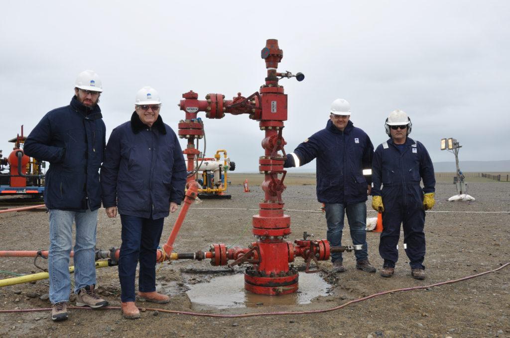 Ricardo Chacra, Presidente de la petrolera ROCH, junto a personal de la empresa en uno de los dos pozos más importantes donde se encuentran realizando exploraciones.
