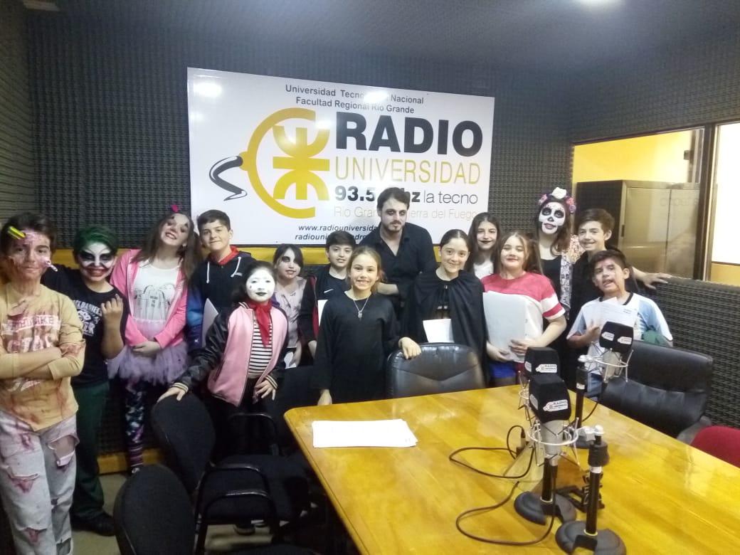 Halloween, también conocido como Noche de Brujas o Noche de Víspera de Difuntos, se celebró en los estudios de Radio Universidad 93.5 en la última edición de Cookies and Bookies.