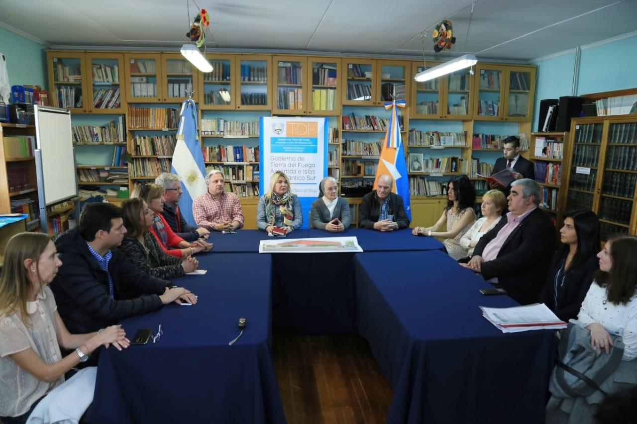 La gobernadora Rosana Bertone encabezó el acto, del cual también participaron el senador nacional José Ojeda, las legisladoras Myriam Martínez y Andrea Freites, el legislador Federico Bilota, el secretario de Energía e Hidrocarburos Omar Nogar, la secretaria de Culto y Pueblos Originarios, Verónica Peralta.