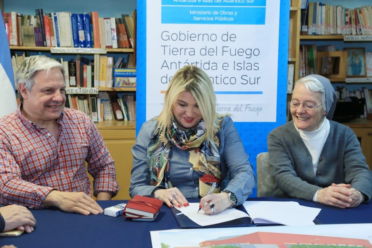 Ayer se firmó el contrato de obra del nuevo gimnasio de María Auxiliadora