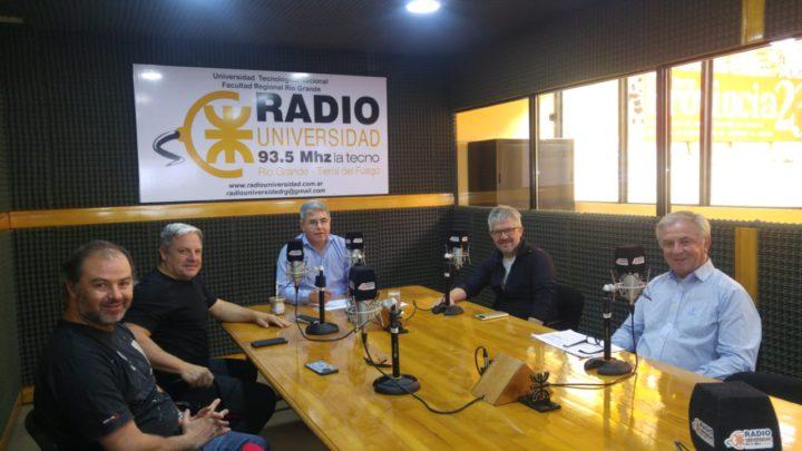 El programa 'Dos Preguntan', conducido por los periodistas Alberto Centurión y Germán Gasparini, se emite todos los sábados, de 10:00 a 13:00, por Radio Universidad 93.5