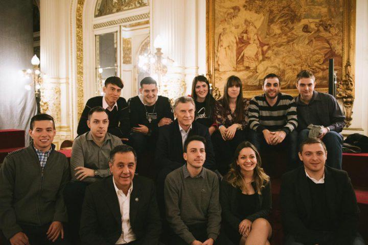 El presidente Mauricio Macri visitó sorpresivamente a los estudiantes que participaron de la distinción.