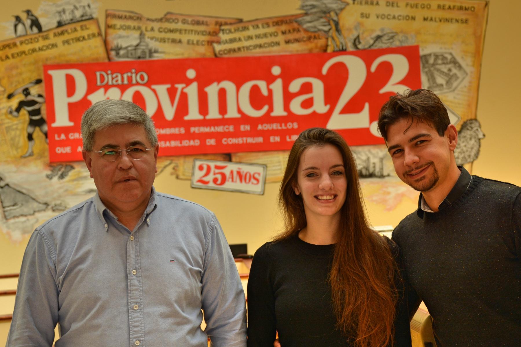 La Campeona Mundial de Tango Agustina Piaggio, junto al Director de Provincia 23 y Radio Universidad 93.5, Alberto Centurión, y su novio, el italiano Simone.