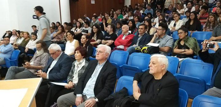 En primera fila, el vicepresidente de la RIU, Mario Giorgi, junto a distintos representantes de las radios universitarias de todo el país, y también del mundo.