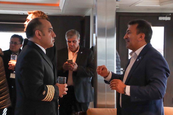El Vicepresidente de la Dirección Provincial de Puertos Néstor González dio la bienvenida al capitán Cesar Vargas y a la tripulación del barco, junto a funcionarios del gobierno de la provincia, y del Municipio de Ushuaia.