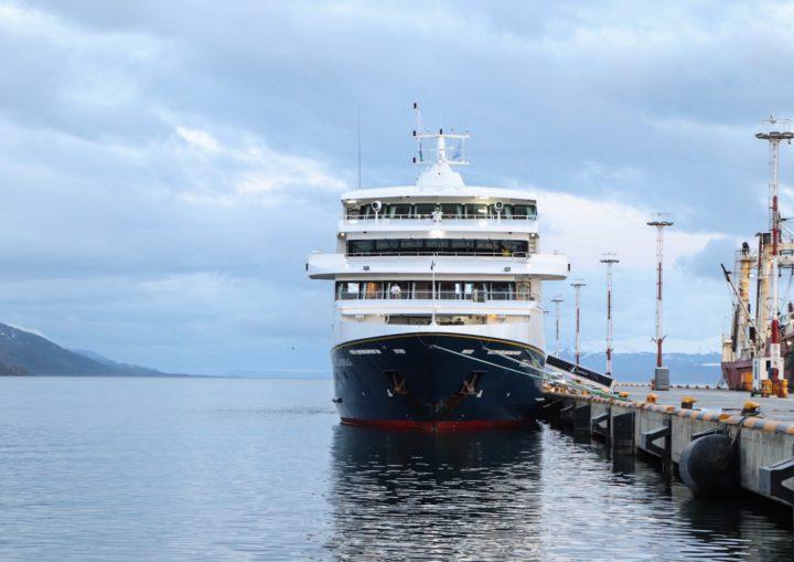 """A las 2 AM de este martes arribó al puerto de Ushuaia el buque """"Ventus Australis"""" de la compañía marítima """"Cruceros Australis"""", con lo cual se dio inicio a la temporada de Crucero Turísticos 2019/2020, y la misma se extenderá hasta el próximo 4 de abril de 2019 con la última recalada del barco Ushuaia (Antarpply Expeditions)."""