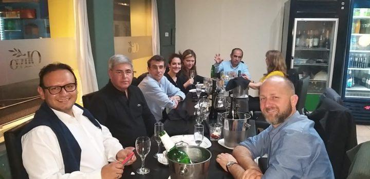 El Director de Radio Universidad (93.5), Alberto Centurión, junto a Néstor Adolfo Ballesteros, representante de Colombia, y representantes de las diversas radios españolas.