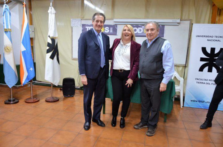 El Lic. Pesce junto a la Gobernadora Bertone y el Decano Ferreyra.