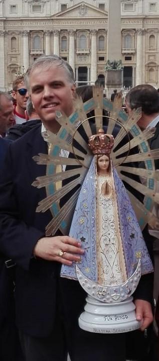 El Dr. Marcello D'Aloisio con la imagen original de la Virgen de Luján que estuvo durante la Guerra de Malvinas en el '82.
