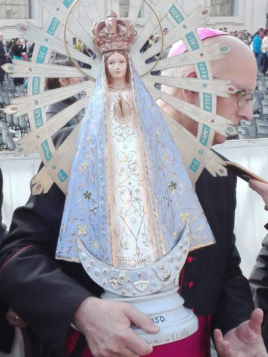 Mons. Santiago Olivera, obispo castrense argentino, con la imàgen original de la Virgen de Lujàn que volverà a la Argentina desde el Reino Unido.