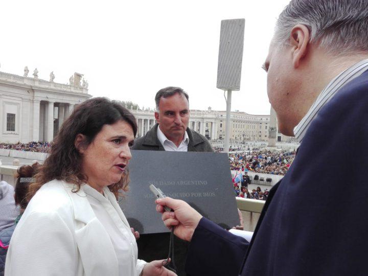 """El corresponsal en Europa, Marcello D'Aloisio, dialogando con la Sra. María Fernanda Araujo, Presidenta de la """"Comisión de Familiares de Caídos en Malvinas""""."""