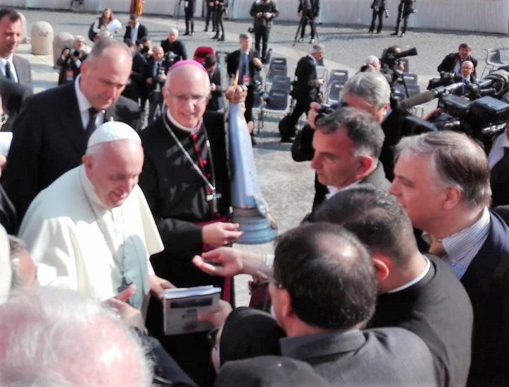 El Dr. Marcello D'Aloisio junto al papa Francisco durante el encuentro en la Plaza de San Pedro del Vaticano.