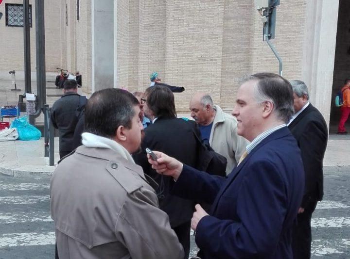 El Dr. Marcello D'Aloisio dialogando con el Sr. Miguel Ángel Trinidad, veterano de la Guerra de Malvinas y actualmente representante de la OEA en Lima, Perú.