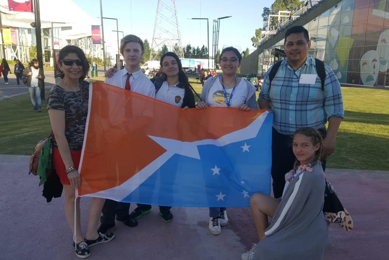 """Cuatro alumnos del 3ro., del ciclo básico del Colegio Integral de Educación Ushuaia (CIEU) lograron ser distinguidos en la Feria Nacional de Innovación Educativa 2019 que se llevó adelante en Tecnópolis. Los estudiantes presentaron su proyecto al que denominaron """"Neyün lif"""" que, en Mapuche, significa """"Respira limpio"""". Este nombre se eligió en homenaje al año internacional de lenguas indígenas declarado por la ONU."""