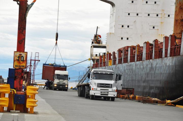 """""""El Puerto de Ushuaia es un proveedor de servicios; tenemos que brindar servicios de calidad con herramientas de calidad y por ello hemos enviado a comprar maquinaria pesada para el movimiento de contenedores"""", informó Murcia."""