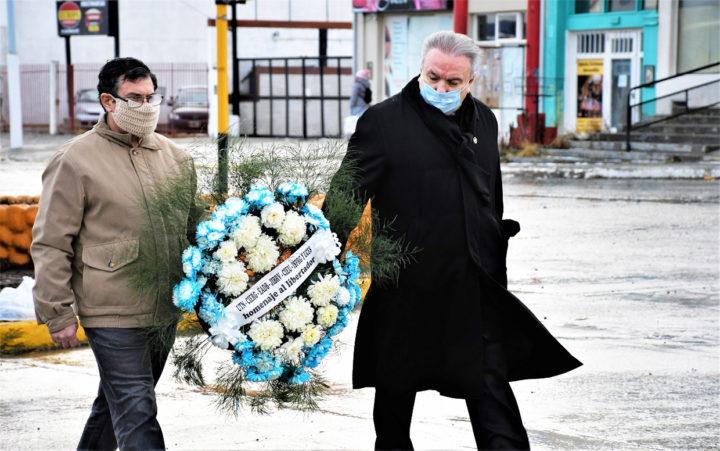 El Decano y el Vicedecano de la FRTDF de la UTN llevan la ofrenda floral para depositarla al pie del cenotafio del General San Martín en Río Grande.