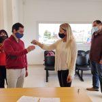 La presidenta de la sociedad, Gabriela Muzi, entrega las llaves al contador Leonardo Gómez, titular de la Caja de Previsión.