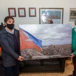 Ushuaia recibió imagen de la Bandera de Tierra del Fuego flameando en Malvinas
