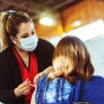 Se enfatiza ventilar los ambientes y seguir respetando los protocolos de higiene y distanciamiento social