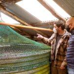 Villegas junto a productores artesanales de Puerto Almanza